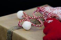 Caja de regalo envuelta de la Navidad Imagenes de archivo