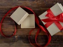 Caja de regalo envuelta del vintage Copie el espacio Fotos de archivo libres de regalías