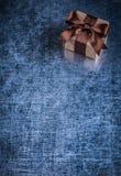 Caja de regalo envuelta en conce metálico rasguñado de los días de fiesta del fondo Fotos de archivo