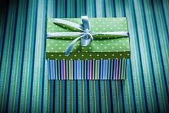 Caja de regalo envuelta en concepto rayado de los días de fiesta del fondo Imagen de archivo libre de regalías