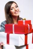 Caja de regalo feliz del control de la mujer de negocios Fondo blanco Imagen de archivo