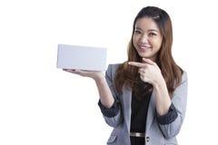 Caja de regalo feliz joven del control de la sonrisa de la mujer de negocios en manos Imagenes de archivo