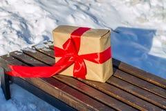Caja de regalo hecha del papel del arte en el papeleo que se coloca en el banco Fotografía de archivo