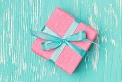 Caja de regalo hecha en casa del día del ` s de la tarjeta del día de San Valentín Fotografía de archivo