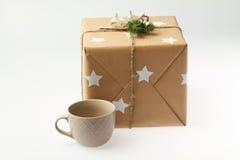 Caja de regalo hecha a mano con la taza Presente del Año Nuevo Imagenes de archivo