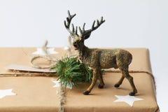 Caja de regalo hecha a mano con los ciervos Presente del Año Nuevo Fotografía de archivo