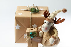 Caja de regalo hecha a mano con los ciervos Presente del Año Nuevo Fotografía de archivo libre de regalías