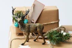 Caja de regalo hecha a mano con los ciervos Presente del Año Nuevo Imagenes de archivo