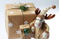 Caja de regalo hecha a mano con los ciervos Presente del Año Nuevo Imágenes de archivo libres de regalías