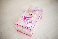 Caja de regalo hecha a mano con una oveja en el top Foto de archivo libre de regalías