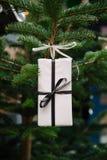 Caja de regalo hecha a mano de la Navidad Fotos de archivo libres de regalías
