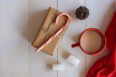 Caja de regalo hecha a mano de la Navidad con el bastón de caramelo y los ornamentos de Navidad Imagen de archivo libre de regalías