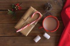 Caja de regalo hecha a mano de la Navidad con el bastón de caramelo y los ornamentos de Navidad Foto de archivo