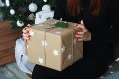 Caja de regalo hecha a mano en la mano Presente del Año Nuevo Foto de archivo