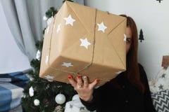 Caja de regalo hecha a mano en la mano Presente del Año Nuevo Fotografía de archivo libre de regalías