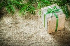 Caja de regalo hecha a mano de la rama de árbol de pino en fondo de despido Imagen de archivo libre de regalías