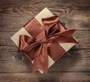 Caja de regalo hermosa con un arco en la tabla Imagen de archivo