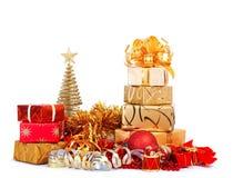 Caja de regalo hermosa en el papel de embalaje del oro aislado Imágenes de archivo libres de regalías