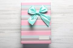 Caja de regalo hermosa en fondo de madera Fotos de archivo libres de regalías