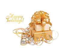 Caja de regalo hermosa en papel de embalaje del oro imágenes de archivo libres de regalías