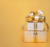 Caja de regalo hermosa en papel de embalaje del oro foto de archivo
