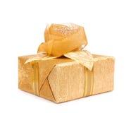 Caja de regalo hermosa en papel del oro con la rosa de la seda aislada Fotos de archivo libres de regalías