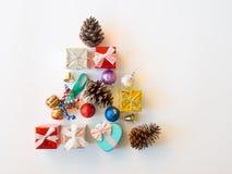 Caja de regalo de la Navidad, bola de oro del glister y cono del pino en sha del árbol Imagen de archivo libre de regalías