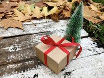 Caja de regalo de la Navidad con la cinta roja Fotografía de archivo