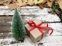 Caja de regalo de la Navidad con la cinta roja Fotos de archivo