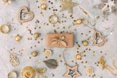 Caja de regalo de la Navidad con el fondo de oro Imagen de archivo