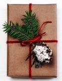 Caja de regalo de la Navidad con las decoraciones de Navidad como tarjeta de felicitación Festi Foto de archivo