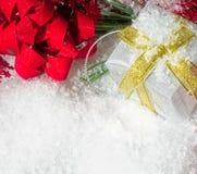 Caja de regalo de la Navidad con las ramas, la cinta y la nieve del pino imagen de archivo
