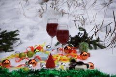 Caja de regalo de la Navidad con los juguetes del árbol, la guirnalda y la decoración hecha a mano en el escritorio de madera Con Fotos de archivo
