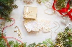 Caja de regalo de la Navidad con la ropa interior del cordón Año Nuevo blanco adornado Fotos de archivo libres de regalías