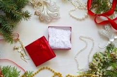 Caja de regalo de la Navidad con la ropa interior del cordón Año Nuevo blanco adornado Fotografía de archivo