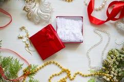 Caja de regalo de la Navidad con la ropa interior del cordón Año Nuevo blanco adornado Imagen de archivo libre de regalías