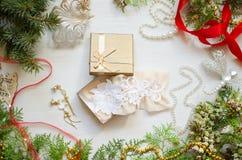 Caja de regalo de la Navidad con la ropa interior del cordón Año Nuevo blanco adornado Fotos de archivo