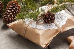 Caja de regalo de la Navidad en fondo de madera Fotos de archivo libres de regalías