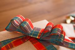 Caja de regalo de la Navidad envuelta con el papel gris Arcos de la cinta de satén Ciérrese para arriba, cosecha imagenes de archivo