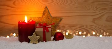 Caja de regalo de la Navidad y vela roja del advenimiento Fotografía de archivo