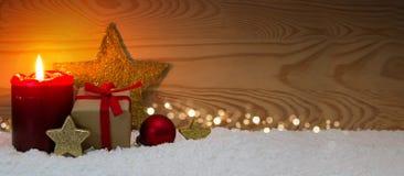 Caja de regalo de la Navidad y vela roja del advenimiento Imagenes de archivo