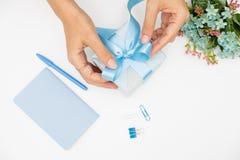 Caja de regalo de la tenencia de la mano en el fondo blanco fotos de archivo libres de regalías