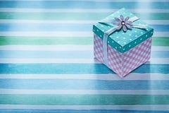 Caja de regalo llena en concepto rayado azul de los días de fiesta de la tela Imagen de archivo