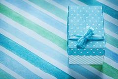 Caja de regalo llena en concepto rayado azul de los días de fiesta del mantel Imagenes de archivo