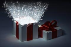 Caja de regalo mágica fotos de archivo libres de regalías