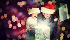Caja de regalo mágica de la Navidad y una madre y un bebé felices de la familia Fotos de archivo libres de regalías