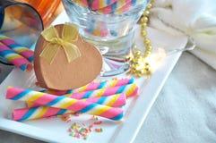Caja de regalo de oro de la forma del corazón en la oblea colorida Imagen de archivo libre de regalías