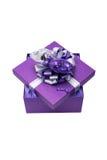 Caja de regalo púrpura con la cinta de plata y el globo en forma de corazón, ISO Fotos de archivo libres de regalías