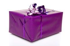 Caja de regalo púrpura con un arco púrpura Fotografía de archivo libre de regalías