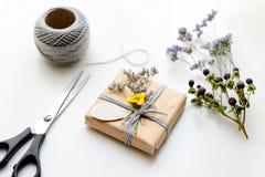 Caja de regalo (paquete) con la etiqueta en blanco del regalo en el fondo blanco Imagen de archivo libre de regalías